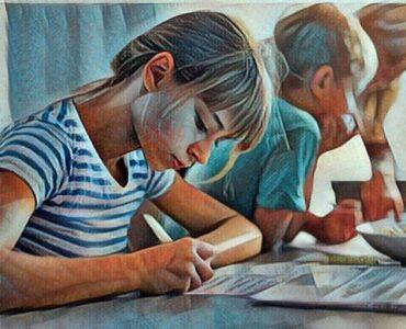 Niña haciendo tareas escolares en casa