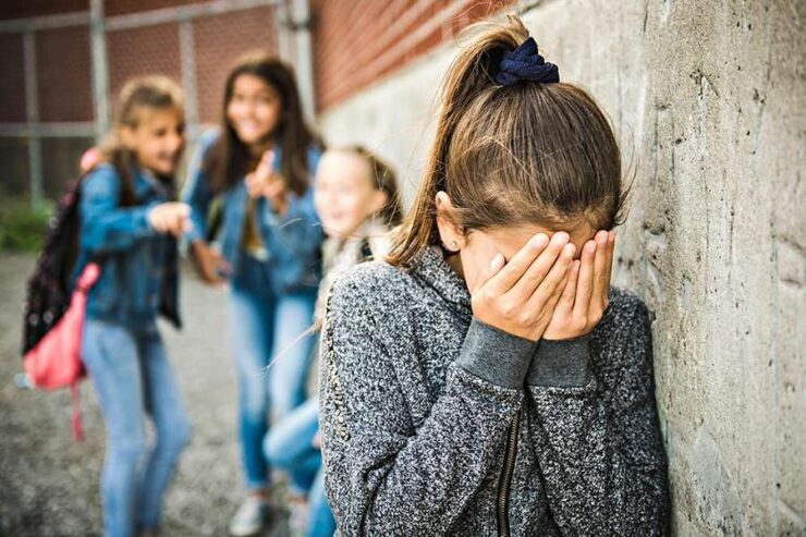 Alumna en la escuela recibiendo maltrato infantil