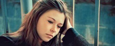 Una mujer que sufre fatiga emocional