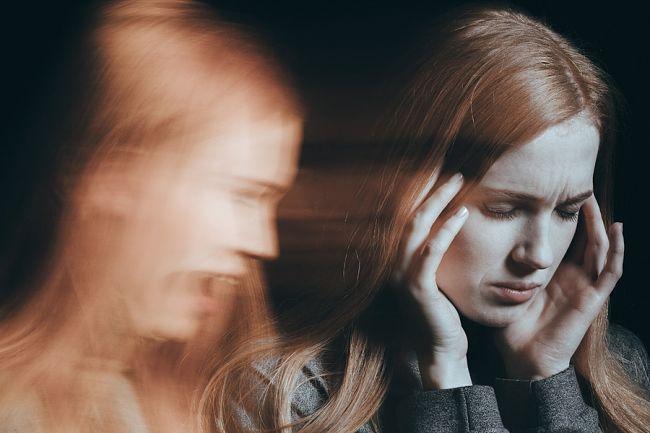 una mujer joven que sufre fobias