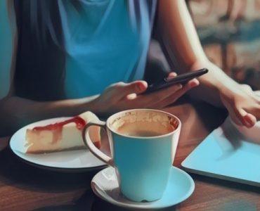 Una mujer realizando multitareas