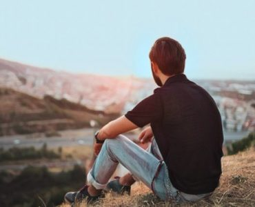 Hombre tratando de vivir una buena vida dejando de pretender ser perfecto