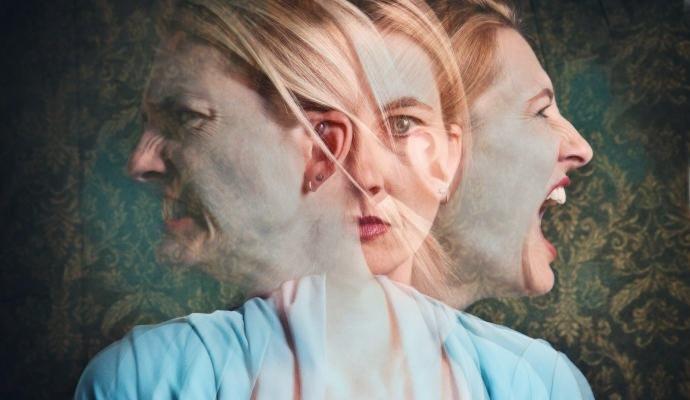 Una mujer que sufre ezquizofrenia