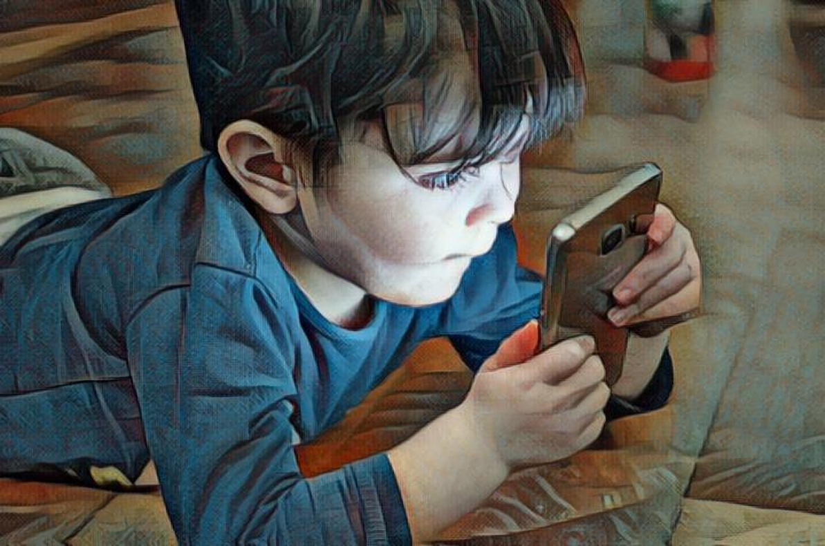 Niño usando celular