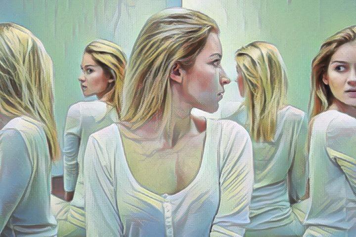 Mujer con síntomas de trastorno paranoide de la personalidad