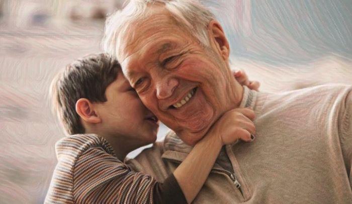 Abuelos que pasan tiempo con sus nietos niños más felices y seguros