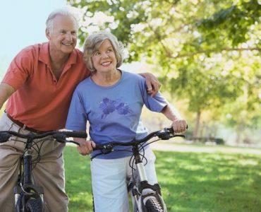 Adultos mayores que realizan ejercicios para prevenir el Alzheimer