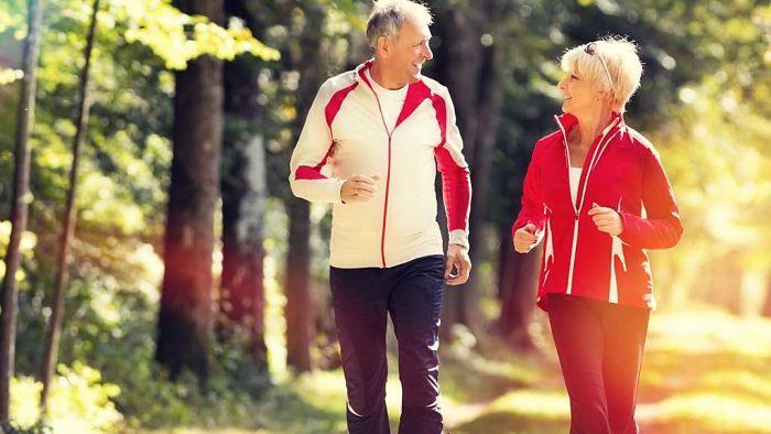 Adultos mayores dando paseos para reducir la pçerdida de memoria