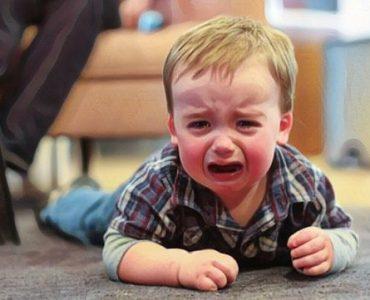 Un niño que sufre de ansiedad por separarse de su mamá