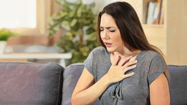 Una mujer que está sufriendo un ataque de pánico
