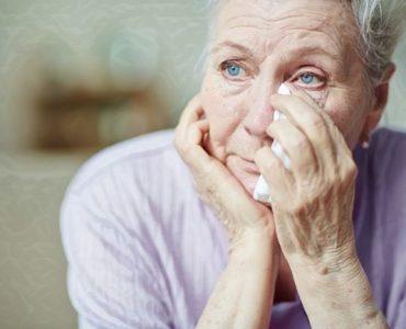 Una mujer que está expresando sus emociones