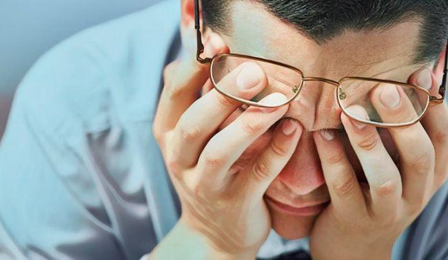 Una persona luchando contra sus pensamientos intrusivos