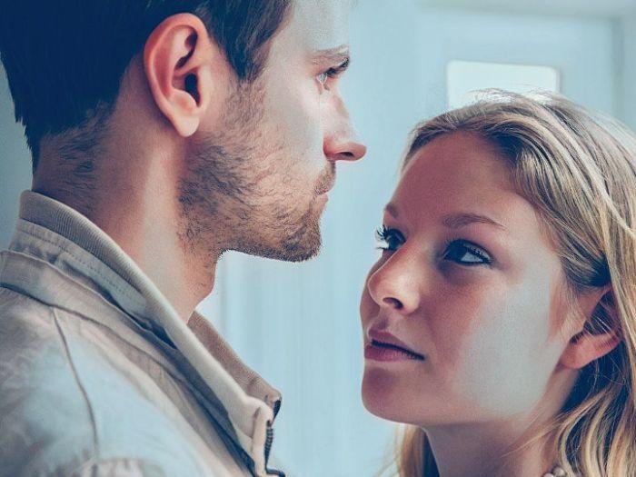 un acosador en la relación de pareja
