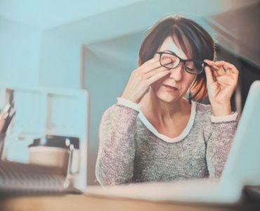 Una mujer que padece los primeros síntomas de esclerosis multiple