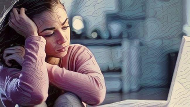 Una mujer adolescente con problemas de conducta autolesiva