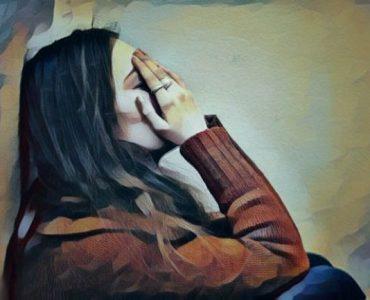 Mujer en proceso de duelo para superar la muerte de un ser querido
