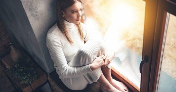 Una mujer que sufre fobia social