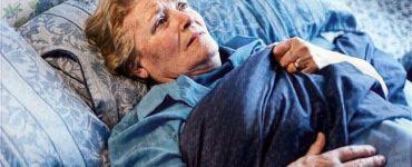 Una mujer agotada por tener muchos pensamientos negativos