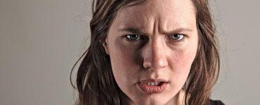 Una mujer que tiene hambre y se pone de mal humor