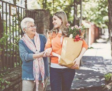 Una mujer que demuestra empatía con su vecina