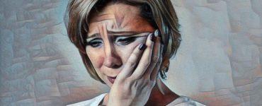 Una mujer que siente decepción y está triste