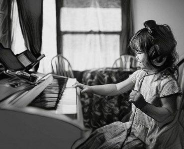 Niños más inteligentes cerca de los instrumentos musicales
