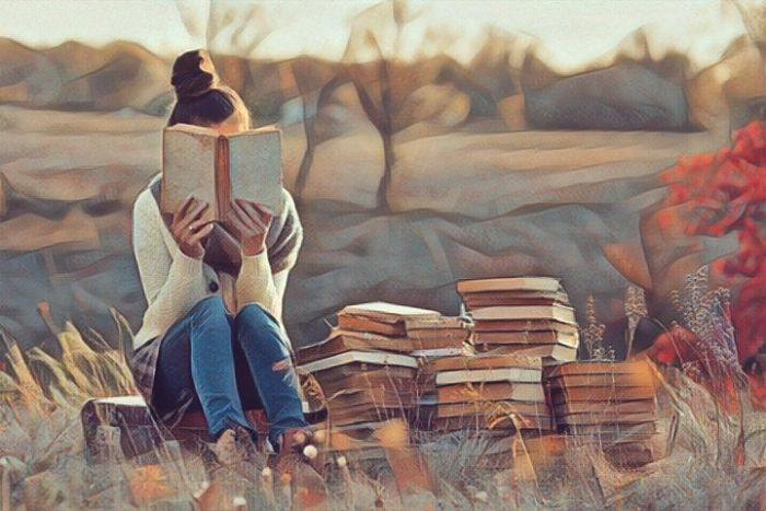 Una persona que es introvertida y prefiere pasar el tiempo sola