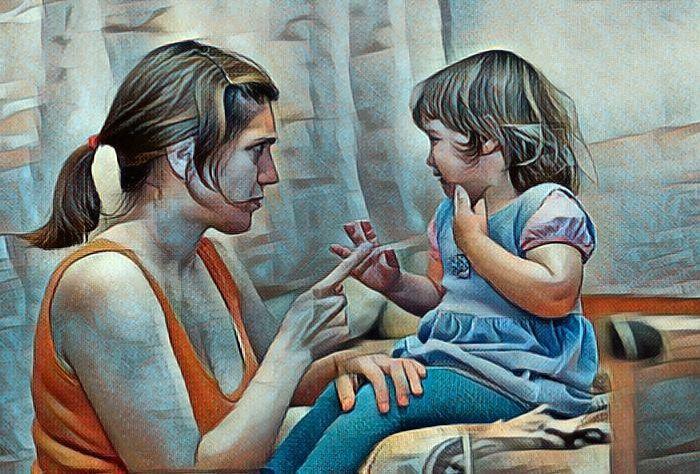 Una niña revoltosa que está recibiendo un regaño de su madre