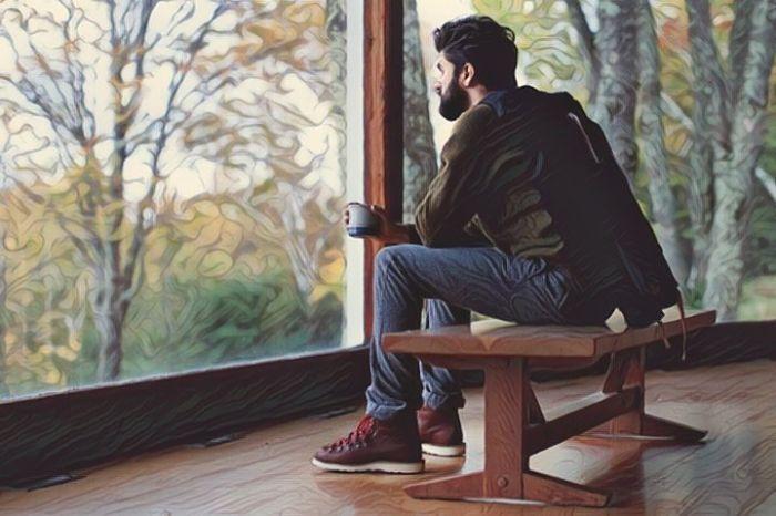 Persona contemplando sus propios pensamientos