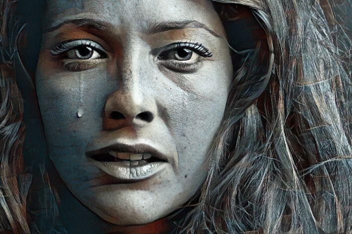 Mujer triste que se siente defraudada