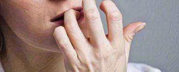 Onicofagia mujer mordiendo sus uñas