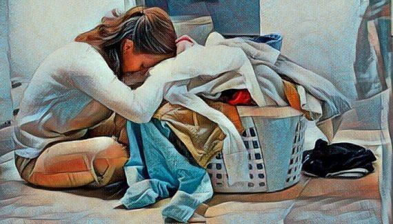 Mujer agotada de tanto trabajo con la familia