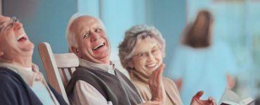 Adultos mayores practicando juegos para estimular la memoria