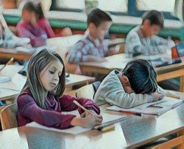 Niño en la escuela con trastorno del aprendizaje