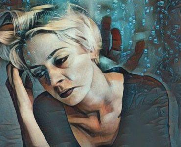 Mujer que padece nosofobia o miedo a enfermarse