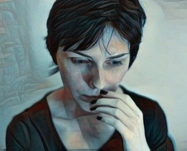 Mujer con trastorno paranoico o paranoia