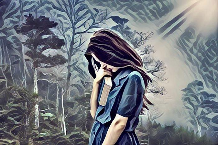 Mujer joven triste a causa de la distimia