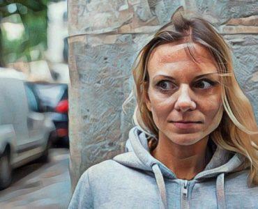 Mujer que sufre el Efecto Spotlight o el sentirse observada y juzgada por los demás