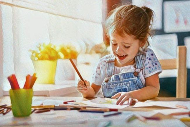 Una niña pequeña dibujando