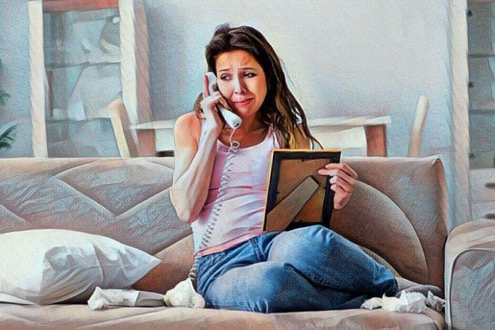 Una persona que llora porque sufre codependencia