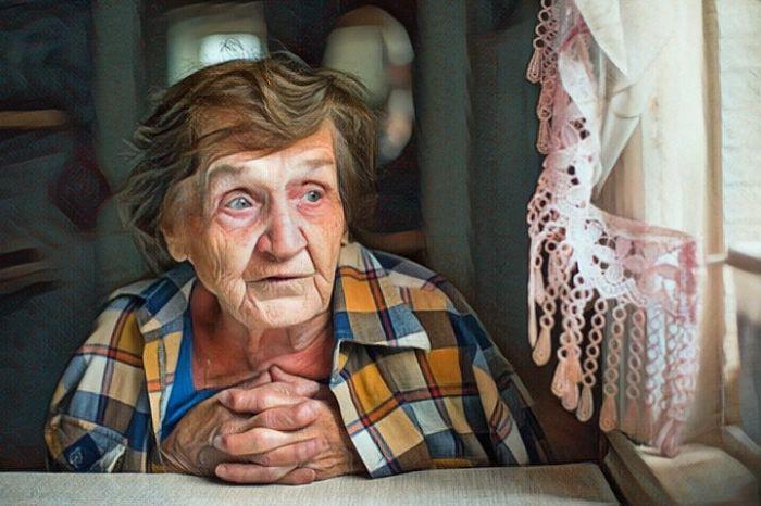 Una anciana que vive sola