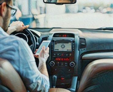 Los peligros de manejar y mirar el celular