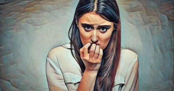 Mujer que sufre una crisis de ansiedad