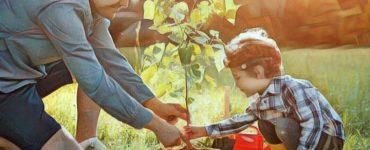 Nene ayudando a su padre en el jardín