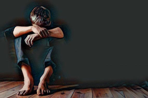 Un niño que siente miedo por su mala educación y los padres invalidantes que lo han criado