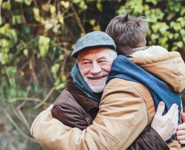 Padre dando un abrazo a su hijo