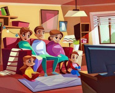 Familia viendo una película junto a sus hijos que aumentan su autoestima