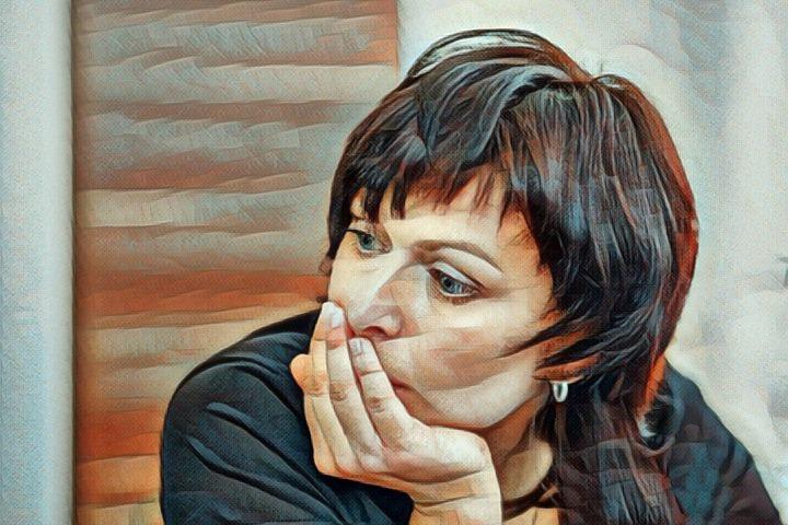 Una mujer que sufre preocupación constante