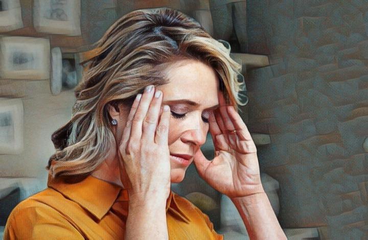 Mujer que sufre de sobrecarga sensorial