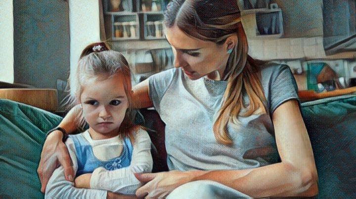 Cómo influir en el autoestima infantil - madre dando consejos a su hija